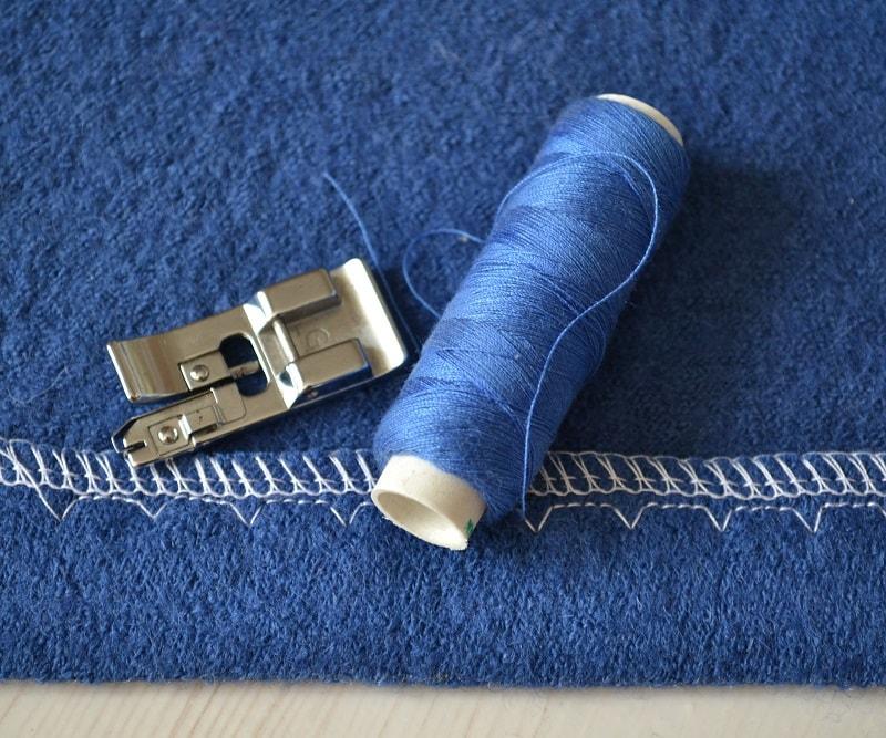 Лапка для выполнения потайного шва и обметывания ткани