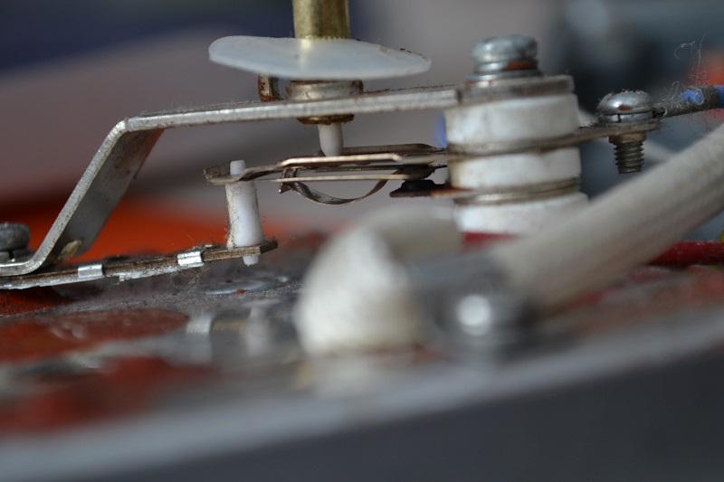 Термостат регулирующий температуру нагревания подошвы утюга