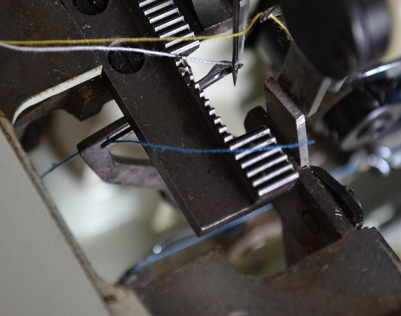 Заправка нитки в петлители оверлока