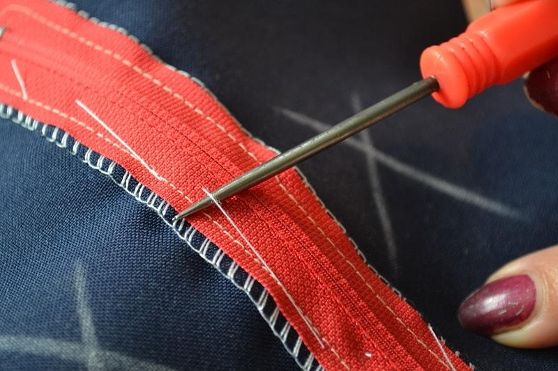 Кусочки сметочной нитки удаляйте осторожно