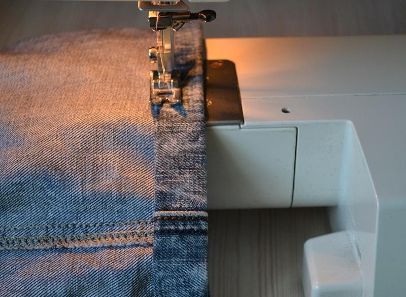Как правильно обрезать и подшить джинсы