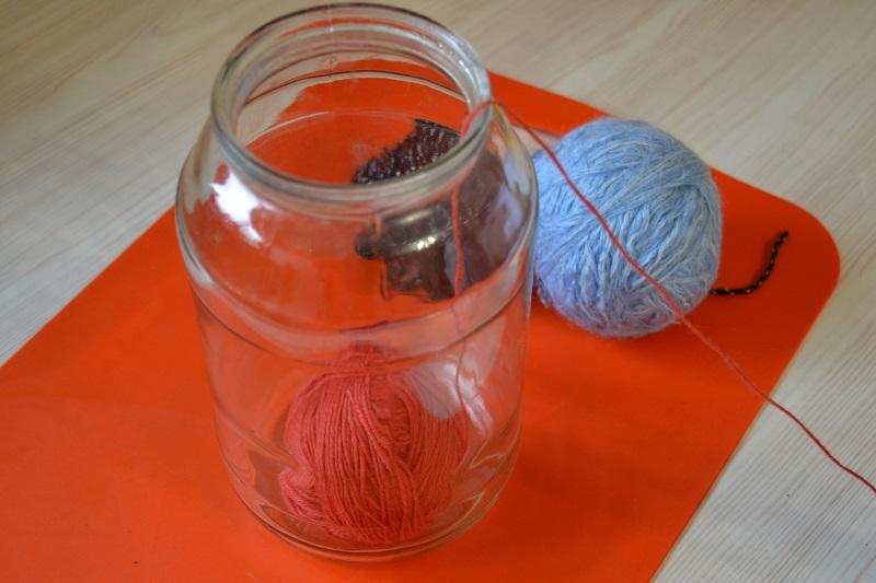 Клубки пряжи можно поместить в стеклянную банку